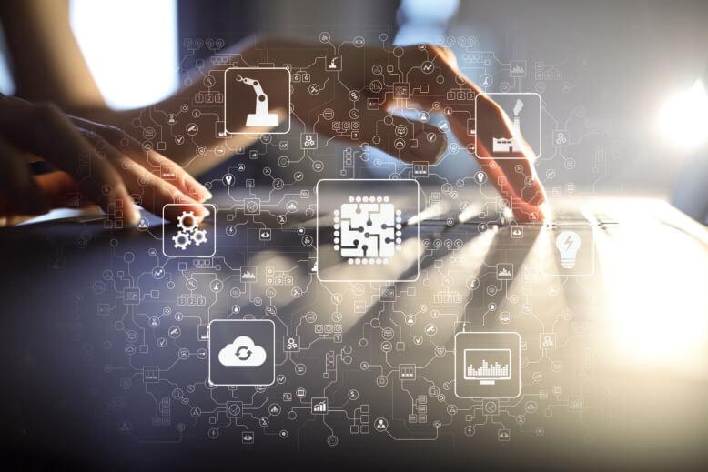 Symbolbild, Digitalisierung: Hände auf Tastatur, verschwommen, Davor Digitallisierungssymbole für Cloud, Prozesse, Robotik, Künstliche Intellingenz, Industrie, Energie und Big Data.