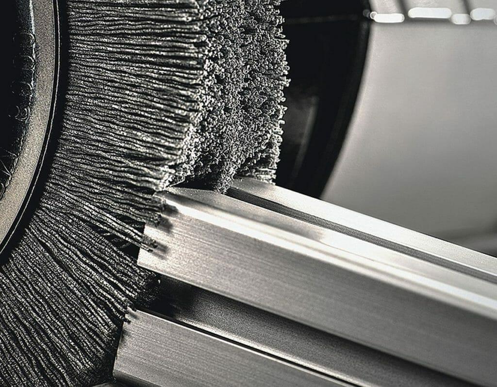 Entgraten: Die Bürsten arbeiten rein mechanisch mit einer Rotationsbewegung.