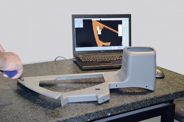 Ein Mitarbeiter des Tebis-Supports digitalisiert die Abdeckung der Bedieneinheit.