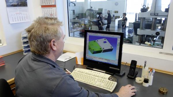 Heute laufen bei Lechner auf vier CAD/CAM-Stationen die Module Pictures-by-PC-Modelling 3.6, -Exchange 3.6, -CAM-Fräsen 3.6 und eine Version 5-Achsen-Simultanfräsen.