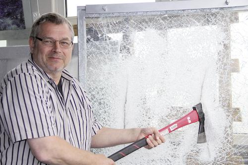 Zerstörungswut oder Innovationkraft? So führt Michael Muschiol die Leistungsfähigkeit seiner Maschinen vor.