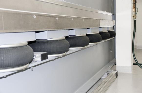 Sieben in einer Reihe: 49 Balgzylinder heben die Traversen gegen bis zu  180 Tonnen Gewicht.
