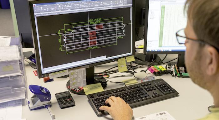 Konstrukteur bei der Arbeit mit Spyydmax und AutoCAD.