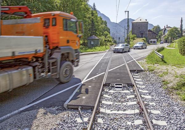 Schrägbefahrener Bahnübergang mit Strail-Gummimatten-System.