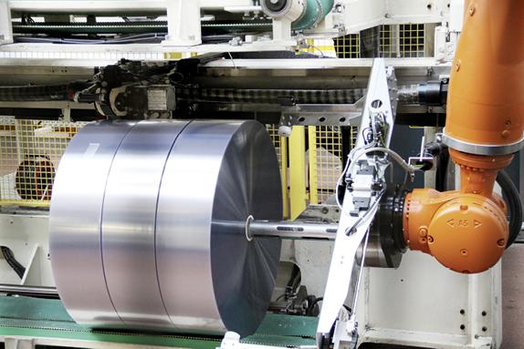 An den Anlagen sind die Roboter mit Klemmgreifern ausgestattet, die nur leichten Druck von außen erzeugen, um die Folienrollen nicht zu beschädigen.