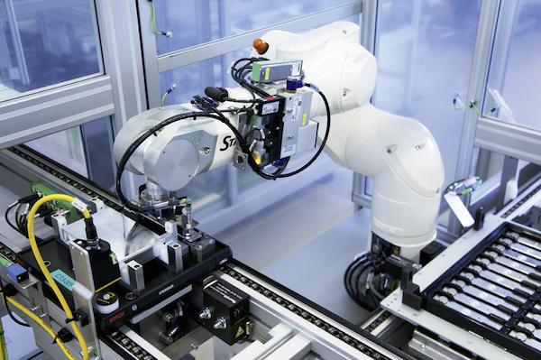 Manz fokussiert mit Prozess-, Automatisierungs- und Systemlösungen vorwiegend auf drei Geschäftsbereiche: Solar, Display und Battery (im Bild).