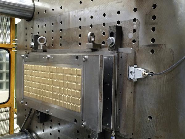 Die Spritzgießwerkzeuge zur Herstellung der Schokolade-Gießformen unterliegen dem Verschleiß und müssen regelmäßig gewartet werden.