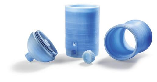 as 850 Gramm schwere Wasserfilter-Gehäuse aus amorphem PA 12 fertigt der Freeformer in vier Teilen.