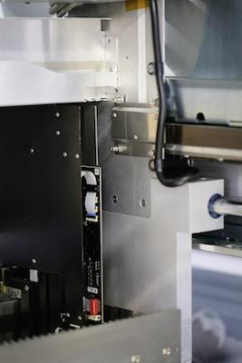 Das von Siko entwickelte Messsystem – das Magnetband in Braun und hinter dem Blech der Encoder.