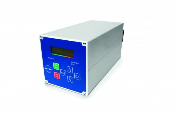 Der Meyrat-spezifische Frequenzumrichter basiert in Sachen Regelungstechnik auf einer bestehenden Umrichterserie und sorgt für den sensorlosen Antrieb von Niedervolt-Bearbeitungsspindeln mit Asynchron- und Synchronmotoren.