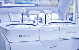 Analysegerät zur Trübungsmessung von bis zu  400 Blutproben pro Stunde.