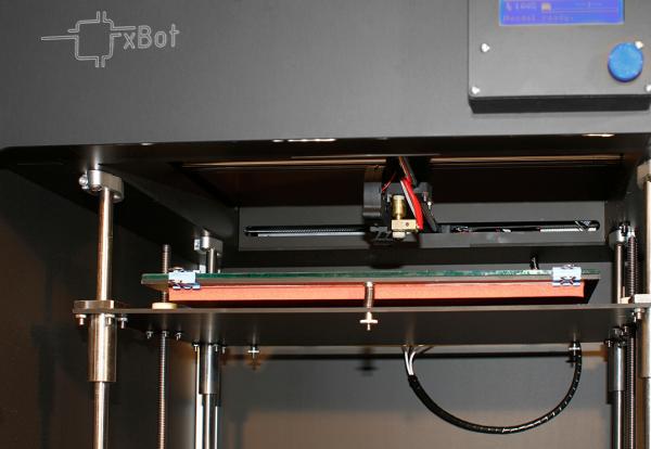 Bild 2: Für das präzise Positionieren des Druckbetts in der Z-Achse sorgen zwei parallel laufende Spindelantriebe aus dem igus-drylin-Programm.