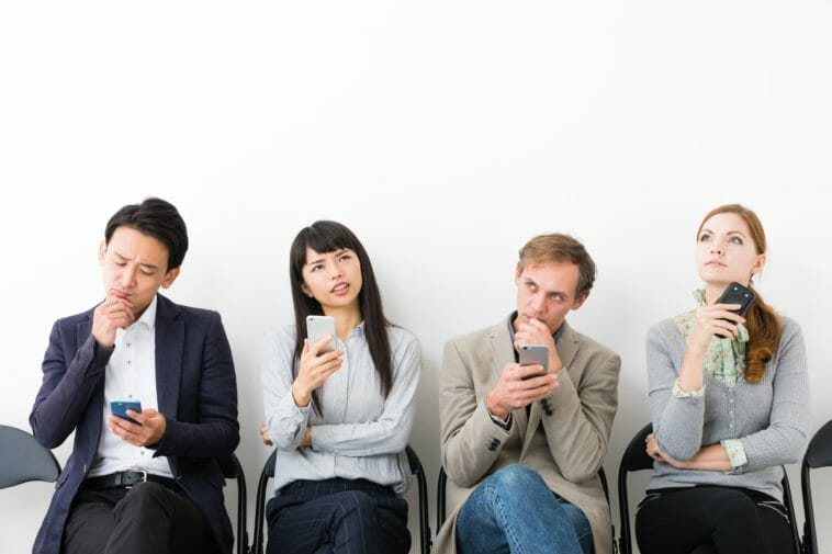 Frauen und Männer mit Smartphone un´d nachdenklichen Gesichtern