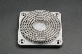 Mehrere konzentrisch geschachtelte Statorringe mit dünnen Wänden und hohlen Flügeln, hergestellt mit dem neuen 3D-Metalldrucker DMP Flex 100.